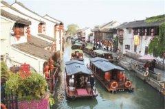 游客乘船游览江苏苏州山塘古街